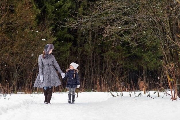 Maman et sa fille marchent