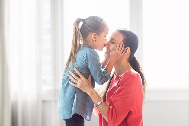 Maman et sa fille passent du temps de qualité