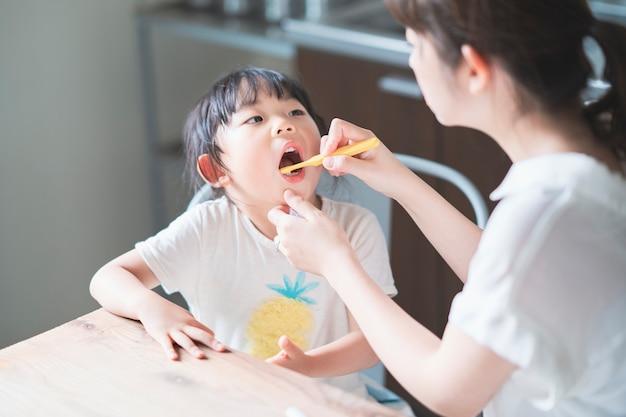 Maman et sa fille se brosser les dents