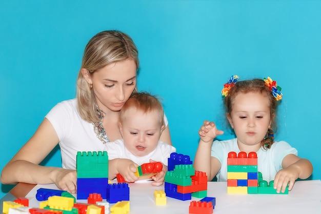 Maman et ses enfants construisent ensemble