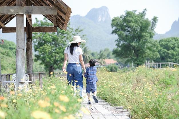 Maman et soleil marchant dans la nature