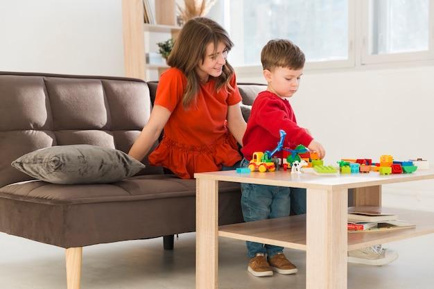 Maman avec son fils à la maison jouant