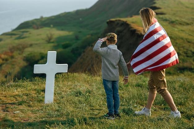Maman et son fils ont visité la tombe du père le jour du souvenir le 27 mai