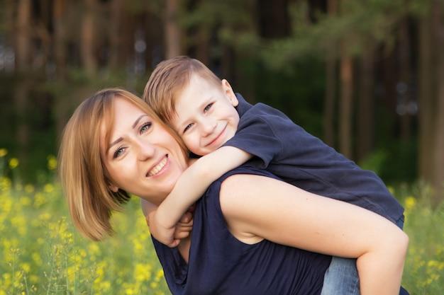 Mamans et fils s'amusent en plein air