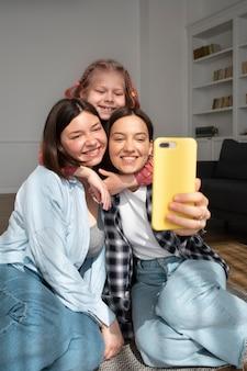 Les mamans passent du temps avec leur fille à la maison
