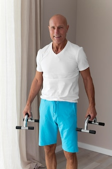 Man à l'aide d'accessoires de fitness à l'intérieur