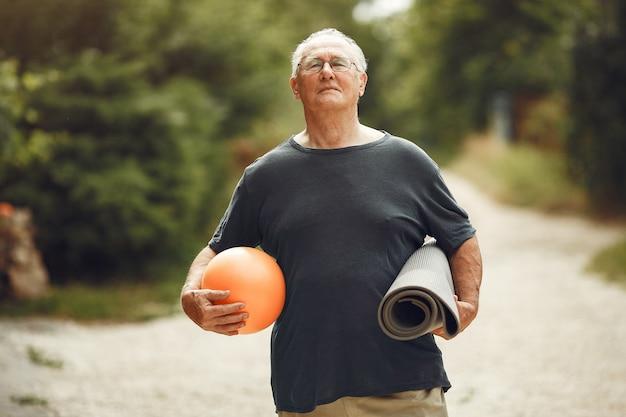 Man au parc d'été. grangfather à l'aide d'un ballon.