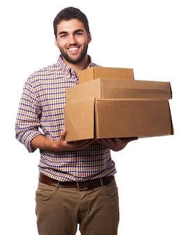 Man avec des boîtes en carton sourire