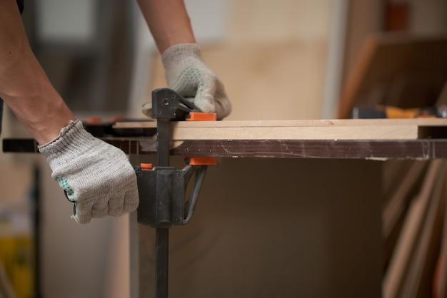 Man charpentier pinces conseil en vice dans l'atelier