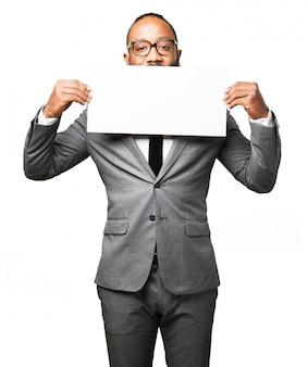 Man couvrant sa bouche avec une affiche