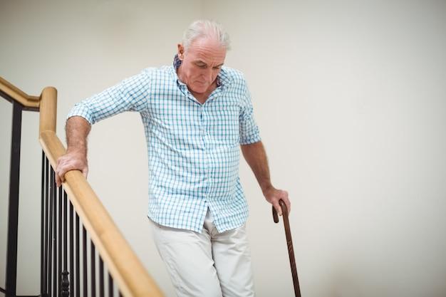 Man descendant avec bâton de marche