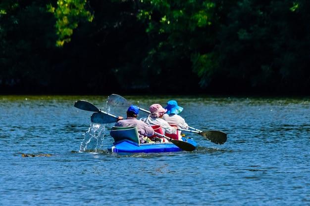 Man et deux femmes kayak sur le fleuve dniepr