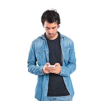 Man écrit un msn par mobile sur fond blanc