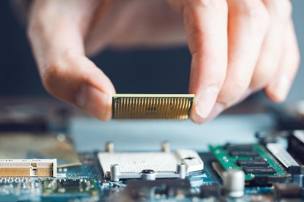 Man hand holding ordinateur cpu sur la table