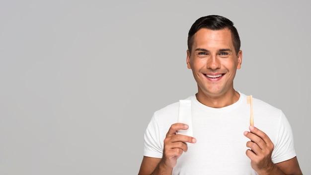 Man holding brosse à dents et dentifrice