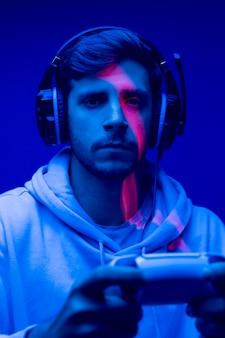 Man holding contrôleur close up