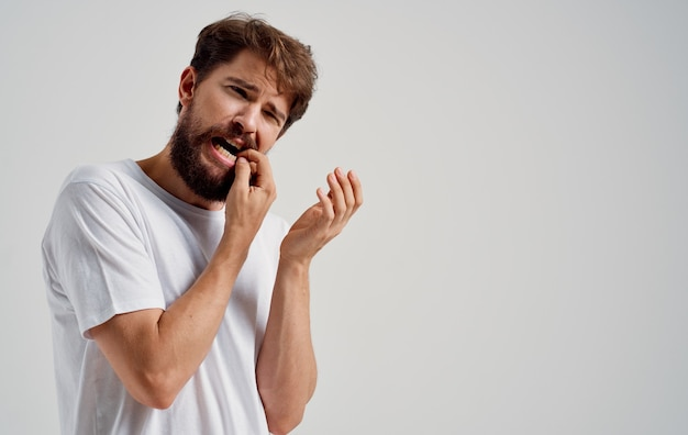 Man holding face douleur dans les dents problèmes de santé insatisfaction médecine