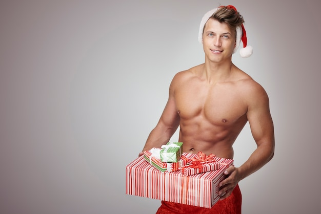 Man holidng pile de cadeaux de noël