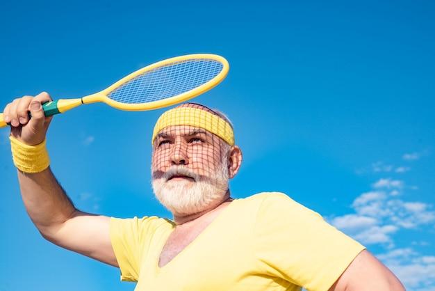Man jouer au badminton être en mouvement grand-père sportif