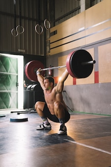Man levage barbell