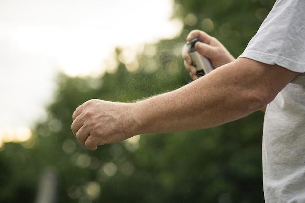 Man mains pulvérisation insectifuge anti-moustique