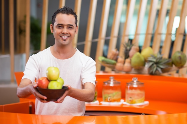 Man offrant un bol avec des pommes