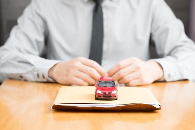 Man a soumis un document de police d'assurance automobile et demande de prêt de voiture envoyer à l'agent