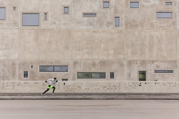 Man sprint en milieu urbain