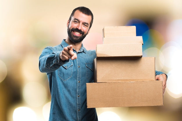 Man tenant des boîtes