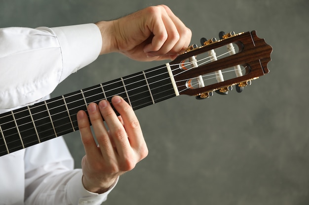 Man tunes guitare classique