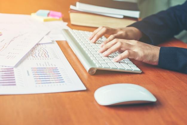 Man writting dans un clavier