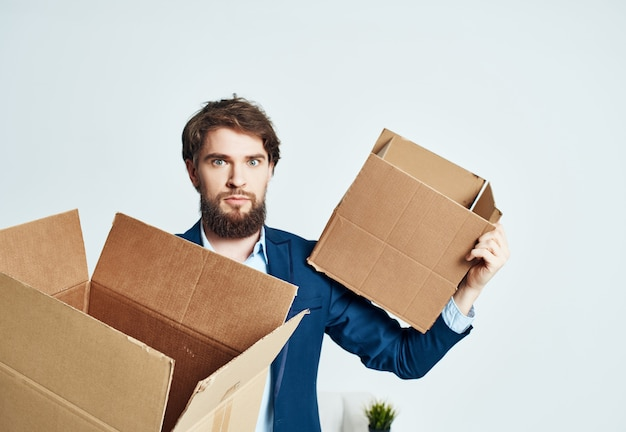 Manager avec des boîtes de choses de bureau