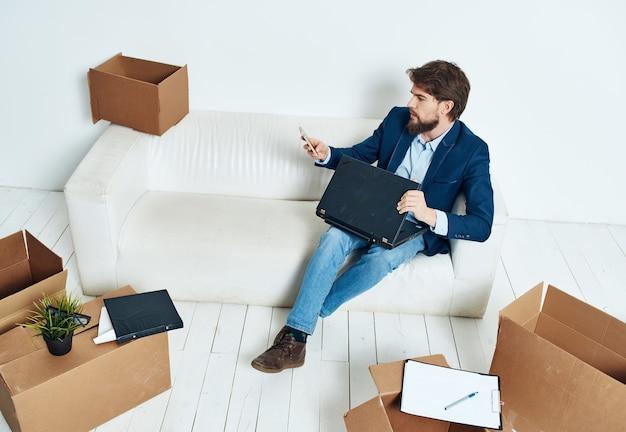 Manager avec des boîtes de choses office de déménagement officiel. photo de haute qualité
