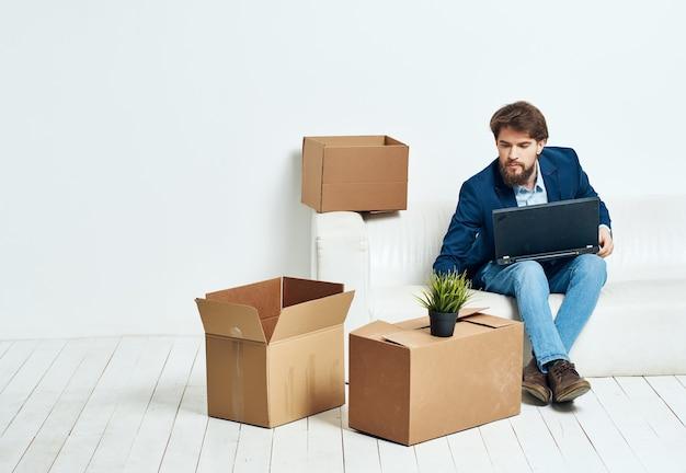 Manager avec des boîtes emballant des choses se déplaçant vers un nouveau lieu de travail