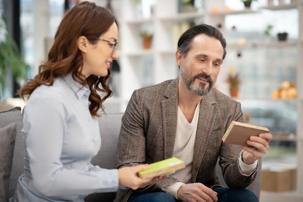 Manager dans un magasin de meubles parlant à un nouveau client