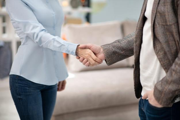 Manager dans un magasin de meubles rencontre un nouveau client