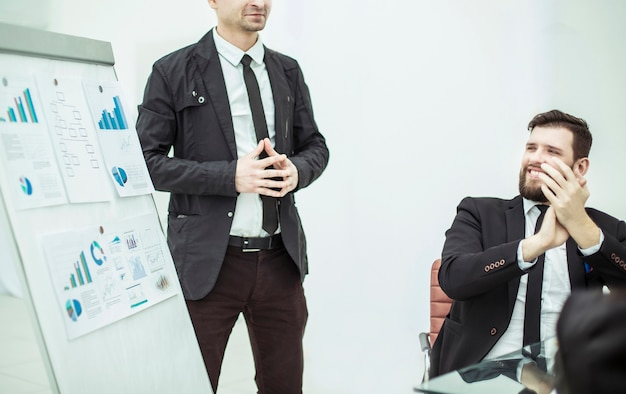 Manager debout à côté de projet d'entreprise sur la présentation d'un nouveau projet financier