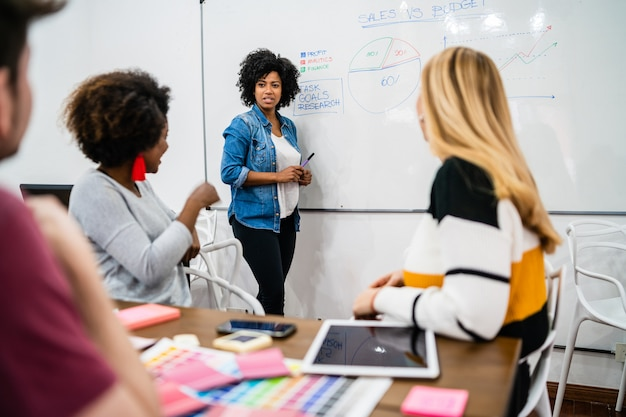 Manager femme menant une réunion de brainstorming