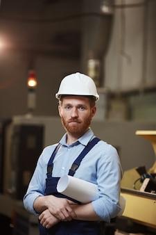 Manager avec plan dans l'usine