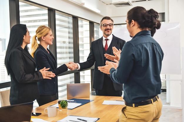 Manager rencontre l'équipe commerciale planifiant le marketing d'entreprise vers le succès, félicitations pour la réussite de votre entreprise.