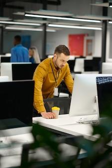 Manager sur son lieu de travail au bureau informatique