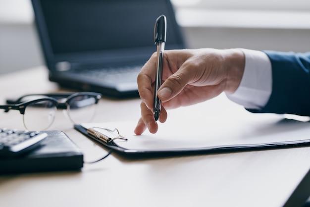 Manager travaillant pour un ordinateur portable dans le bureau des émotions officielles