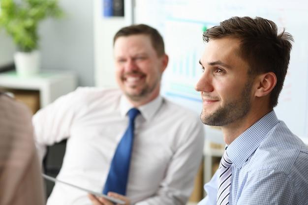 Des managers ravis et positifs visitant des cours de team building