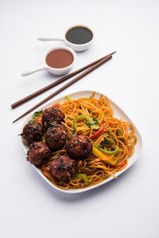 Manchurian hakka ou nouilles schezwan, nourriture indochinoise populaire servie dans un bol