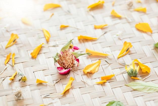 Mandala de fleurs naturelles sur panier en osier.