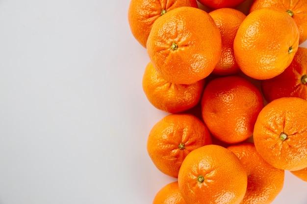 Mandarine fraîche ou mandarines sur fond blanc.