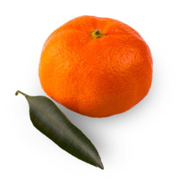 Mandarine mûre avec gros plan de feuilles. orange mandarine avec des feuilles