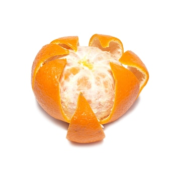 Mandarine orange écorchée isolé sur fond blanc.