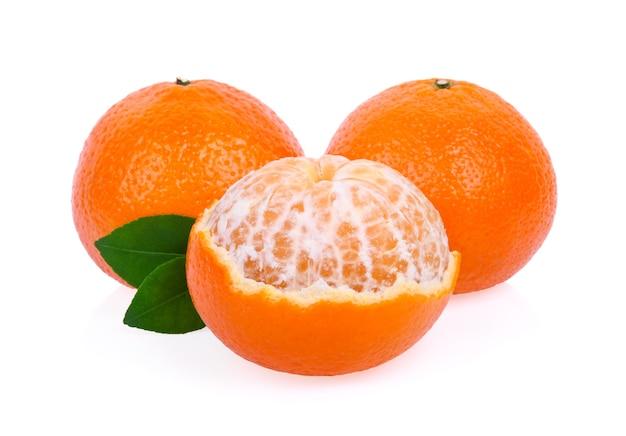 Mandarine orange isolé sur fond blanc