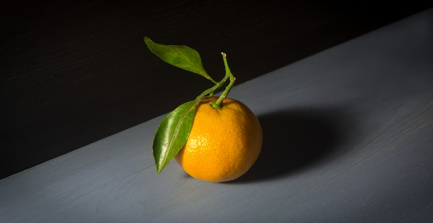 Mandarine ou orange mandarine sur fond en bois.